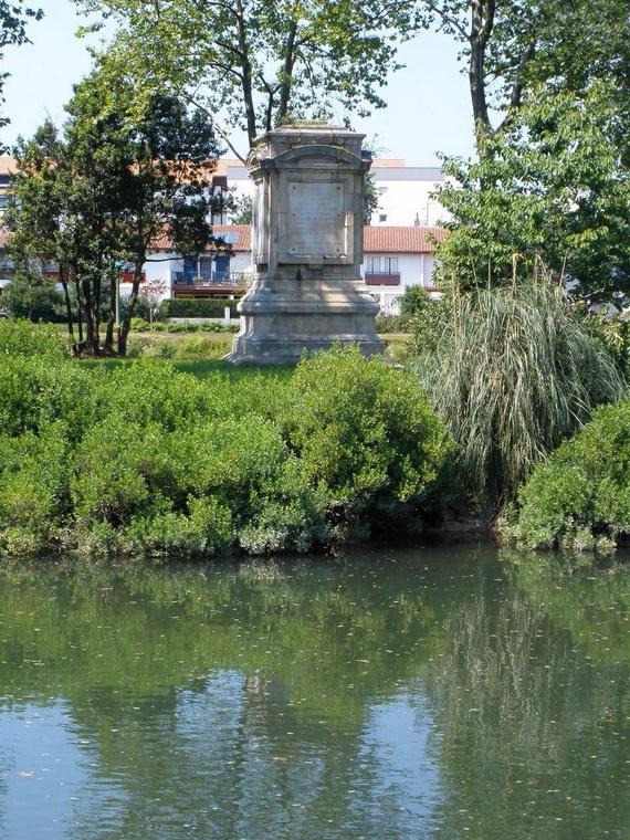isla_de_los_faisanes_sobre_el_rio_bisasoa_vista_desde_el_lado_espanol_irun_memorial_del_tratado_de_los_pirineos_1659_583_570x